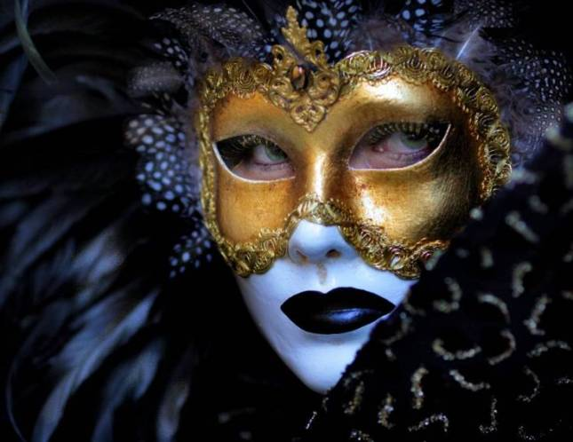 http://www.google.pt/imgres?um=1&hl=pt-PT&tbo=d&biw=1317&bih=684&tbm=isch&tbnid=9zr5pw1zvIm-ZM:&imgrefurl=http://vampiresgirls.blogspot.com/2010/06/mascaras-de-veneza.html&docid=wzwW85l59Am5vM&imgurl=http://2.bp.blogspot.com/_NY9QZZKPSZk/TBZmakKDBVI/AAAAAAAAOIE/tWXjxnijOUs/s1600/veneza.jpg&w=735&h=568&ei=CA0JUarjOsKYhQe6ioHYDw&zoom=1&ved=1t:3588,r:0,s:0,i:78&iact=rc&dur=555&sig=100330952945981085309&page=1&tbnh=177&tbnw=229&start=0&ndsp=19&tx=146&ty=68